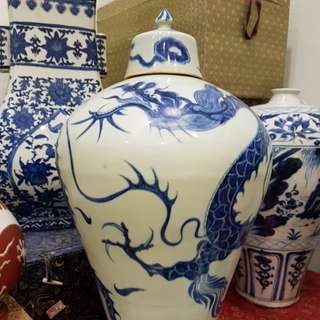 Chinese porcelain dragon illustration vase