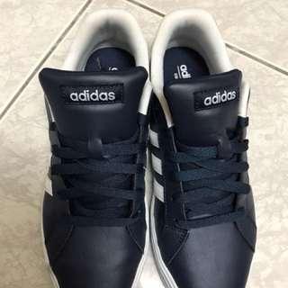 Adidas鞋子