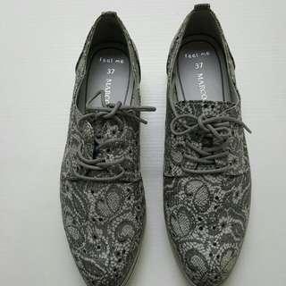 灰色花紋休閒鞋