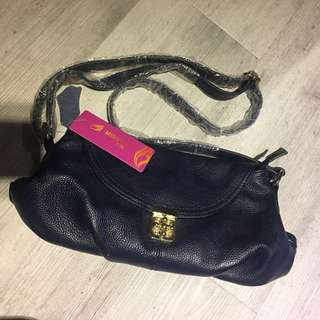 深藍真皮斜背包,很實用的一款,34*20*6cm,質感一級棒,只剩一個,隨意出清特賣