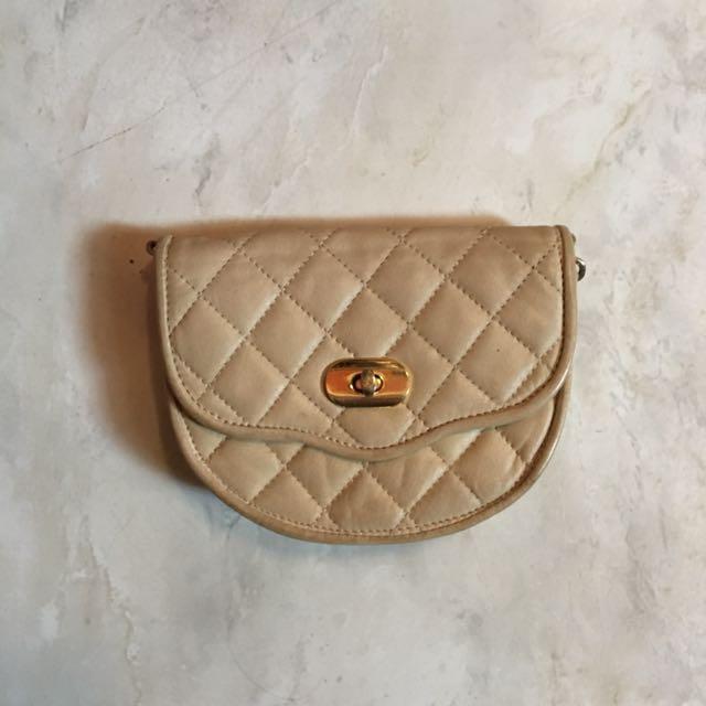 Creme slingbag