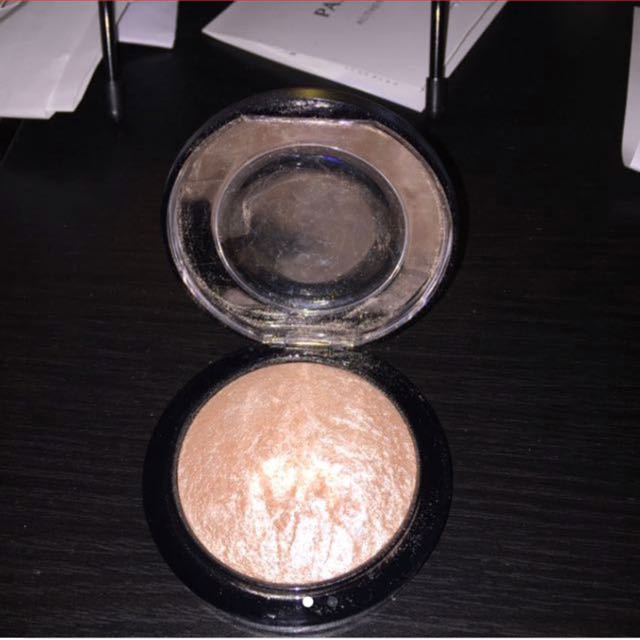 Mac soft and gentle highlighter (negotiable)