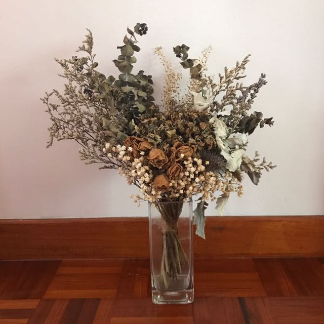RENT] Dried bouquet flowers , Furniture, Home Decor on Carousell