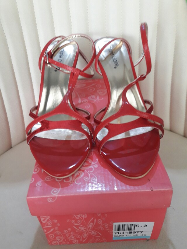 Sepatu Merah Wanita Marie Claire
