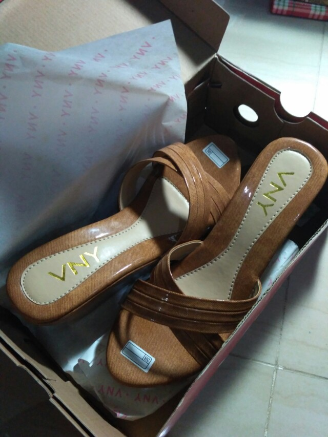 SALE!! VNY WEDGES NEW!