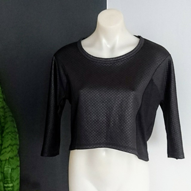 Women's Size M (10-12) Gorgeous Black 3/4 sleeves wet look crop jumper - AS NEW