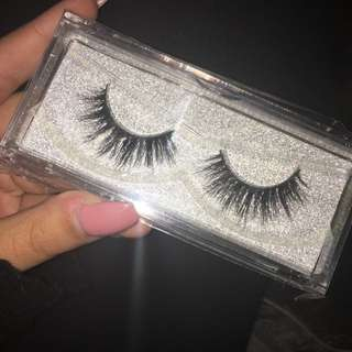 false Lashes !! 2 different styles
