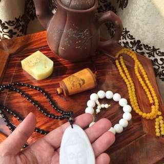 白玉佛牌,硨磲串,蜜蠟鏈,虎骨把件,玉印,紫砂壺