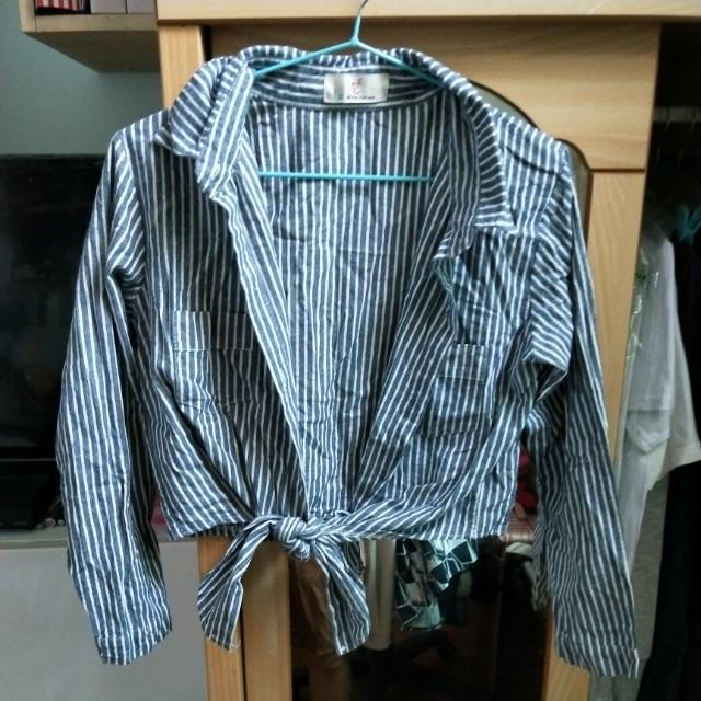 灰色條紋上衣可當小罩衫或襯衫