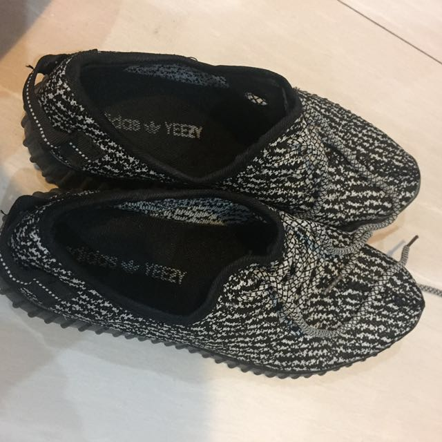 adidas yzy ( NOT AUTHENTIC)