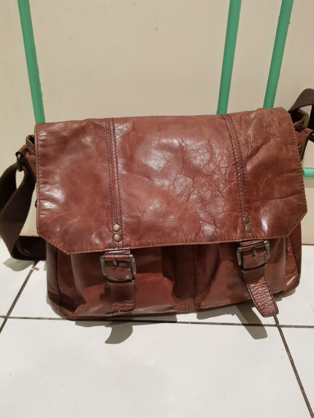 f0655a855 Fossil leather messenger bag with 2 front pockets, Men's Fashion, Bags &  Wallets on Carousell