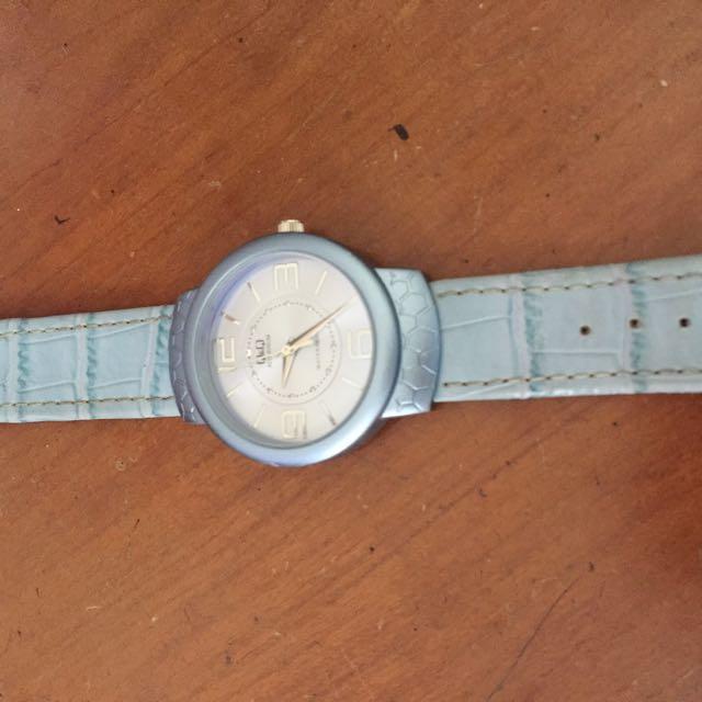 Jam tangan kulit warna biru diameter 3,5 cm, kondisi mesin bagus dan baru digantii batu batre. Kulit aja yg udah mulai ngelotok seperti difoto. Jam udah beli 1 thn lalu dan sudah tidak dipake lagi. Tapi oke dan anti air.
