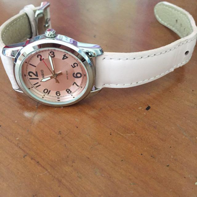 Jam tangan kulit warna pink diameter 3cm, kondisi mesin msh bagus cuma kulit yg udah ada terkelupas seperti difoto, batu batre baru diganti. Waktu beli 400 rb udah 1 thn belinya dan udah engga dipake lagi.