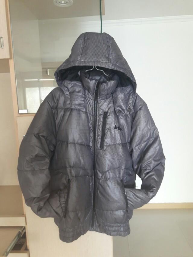 Lee羽絨外套,男,M號,穿沒幾次,幾乎全新,當初買快4000,因穿不到,所以便宜售出,無任何瑕疵破損褪色帽子可拆寒流快來了趕快買個有知名品牌價格不貴,又極新的羽絨外套吧