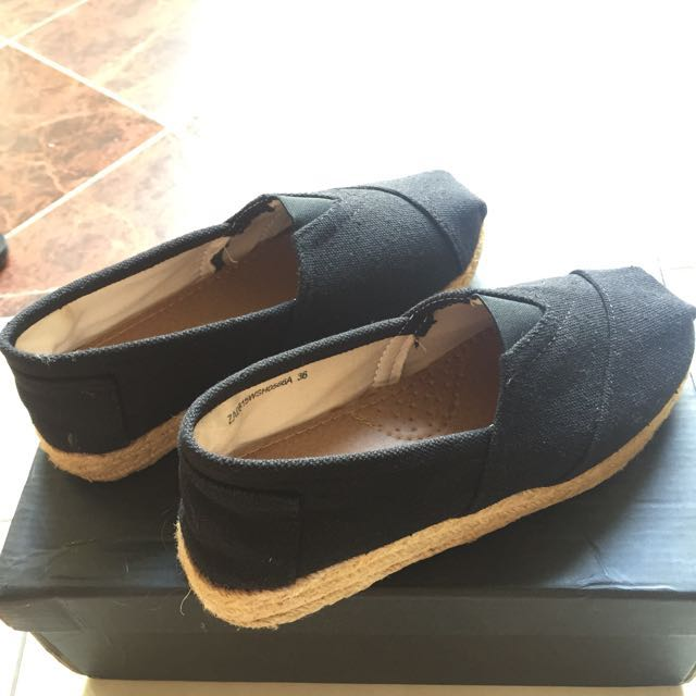 Sepatu hitam bahan kanvas merk zalora ( seperti wakai) tinggi wedges 3 cm. Kondisi 90% masih mulus masih bagus banget. Warna hitam, udah engga dipake karena udah ga kerja. Panjang kaki 23 cm. Dipake empuk