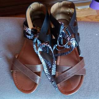 Black and brown flat sandals - size 5