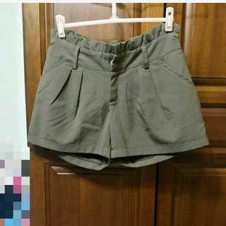 卡其綠短褲