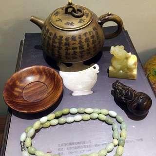 翡翠鏈,犀雕財神,海黃茶盞,玉印,紫砂壺