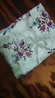 Hijab Segiempat Motif Bunga Putih