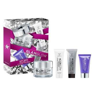 GlamGlow Let It Glow Volcasmic set - 50 mL VOLCASMIC™ Matte Glow Moisturizer  - 15 g GRAVITYMUD™ Firming Treatment  - 15 mL DREAMDUO™ Overnight Transforming Treatment - DREAMSERUM  - 15 mL DREAMDUO™ Overnight Transforming Treatment - DREAMSEAL