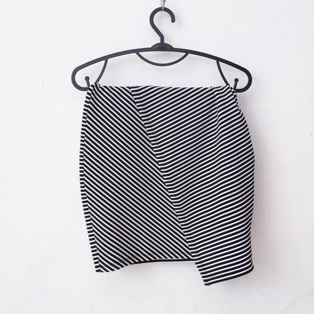 PULL AND BEAR ASYMMETRICAL FIT SKIRT