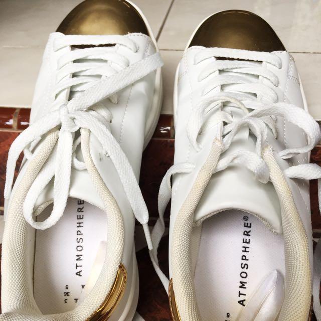 Sepatu merk atmospher (lgs beli diamsterdam belanda) warna putih kombinasi gold. Ukuran 36 ( panjang kaki 26cm). Kualitas 90% masih bagus banget dan msh empuk dipake krn baru sekali dipake krn kegedean dikaki saya.hrg baru 450 rb
