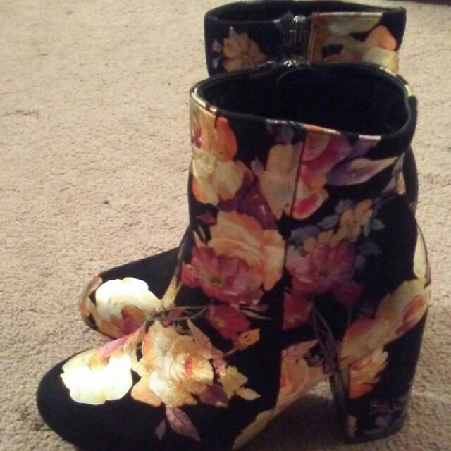 NEW Size 7.5 (38) Floral Printed Booties Heels Boots gold black
