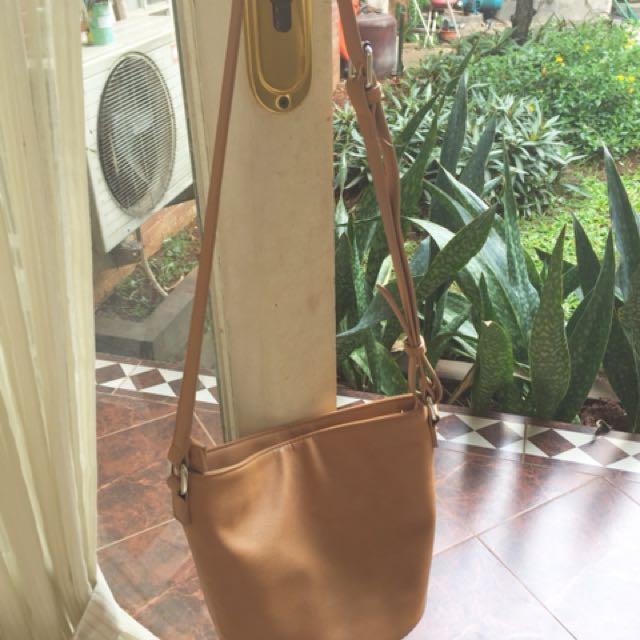 Tas kulit sintesis warna coklat ukuran T: 20 cm Lebar: 27 cm, tali bs dipanjang pendekkan. Kondisi msh 90% mulus. Cocok buat jalan santai, modelnya unik 👍🏼