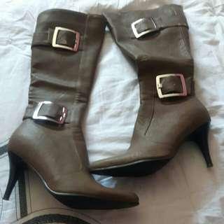 Beige heel boots