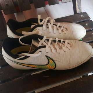 Sepatu bola putih