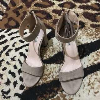 Sepatu strap heels