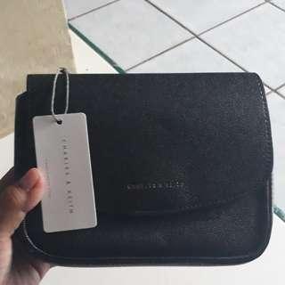 Tas charles and keith slingbag basic hitam ori uk.18x7x13.5cm