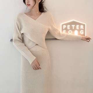 韓妞這樣搭配復古交叉V領針織長袖上衣+高腰顯瘦開岔半身裙套装