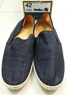 Leisure shoes, dark blue jeans