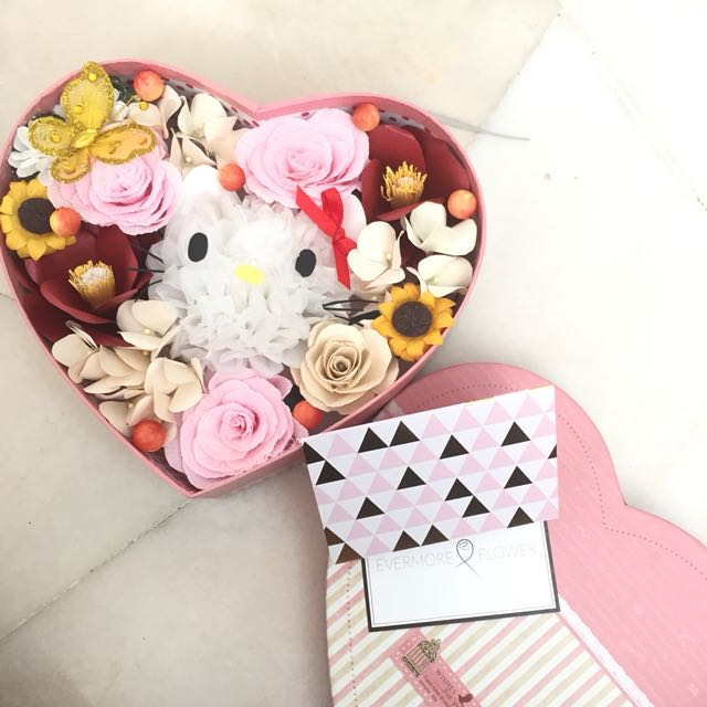 Hello kitty paper flowers in box
