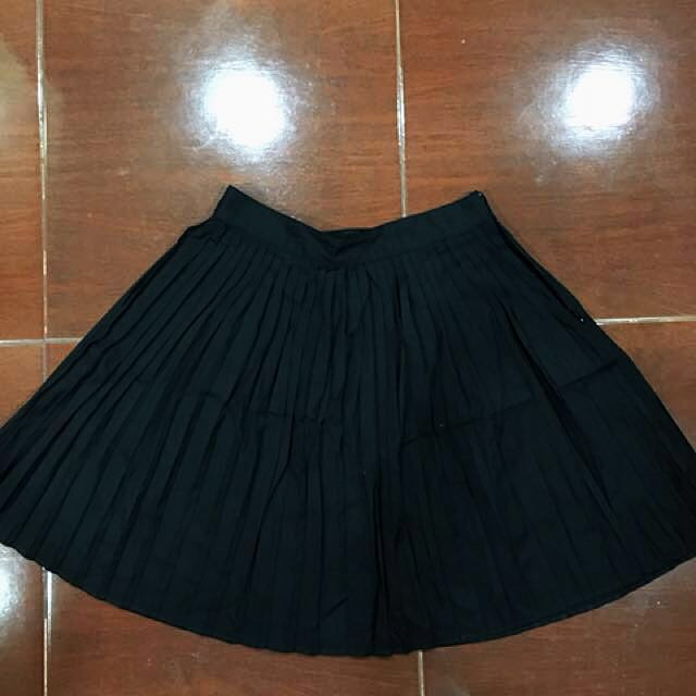 H&M Black Pleated Skirt