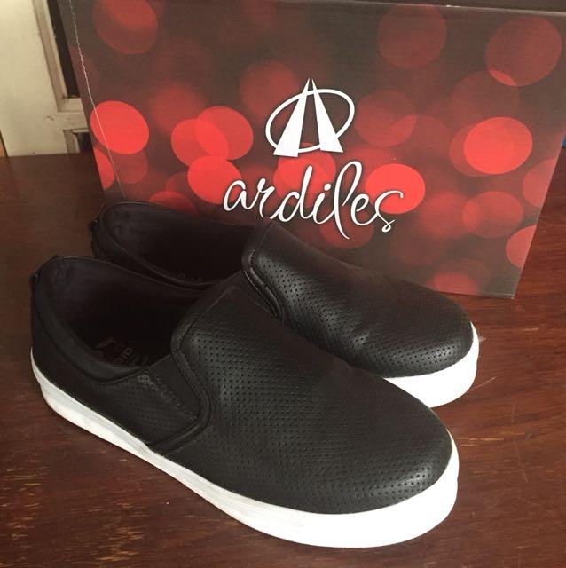 Sepatu hitam casual