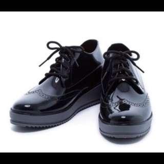 🚚 專櫃款時尚牛津風雕花造型厚底雨鞋