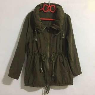 🚚 蓬領拉繩軍綠薄外套