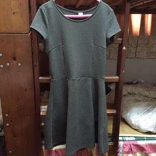 🚚 H&m 軍綠色壓紋短袖傘裙洋裝#舊愛換新歡
