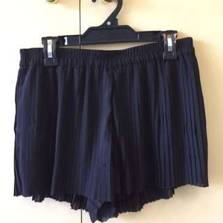 H&M black pleated shorts