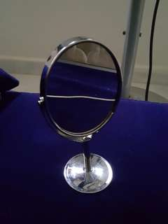 Double sided makeup mirror magnifying