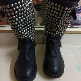 黑色真皮型格窩釘短靴