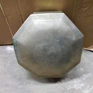 Metal container with design