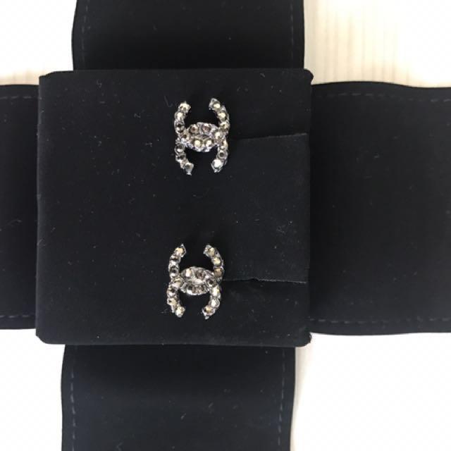Chanel香奈兒黑水鑽CC針式耳環