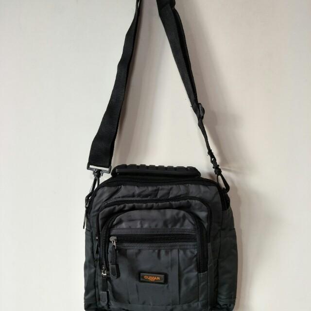 CUMAR 斜背包,前面4個拉鍊,袋內一個,後面一個拉鍊,出國好用隨身包,尺寸:底(23*7)*26高