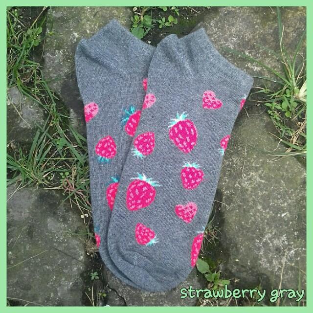Kaos kaki mata kaki motif strawberry