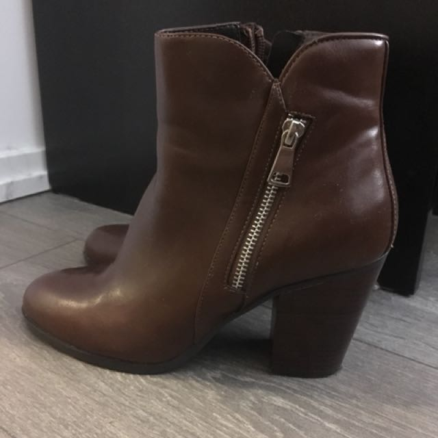 Le Chateau almond toe booties size 9