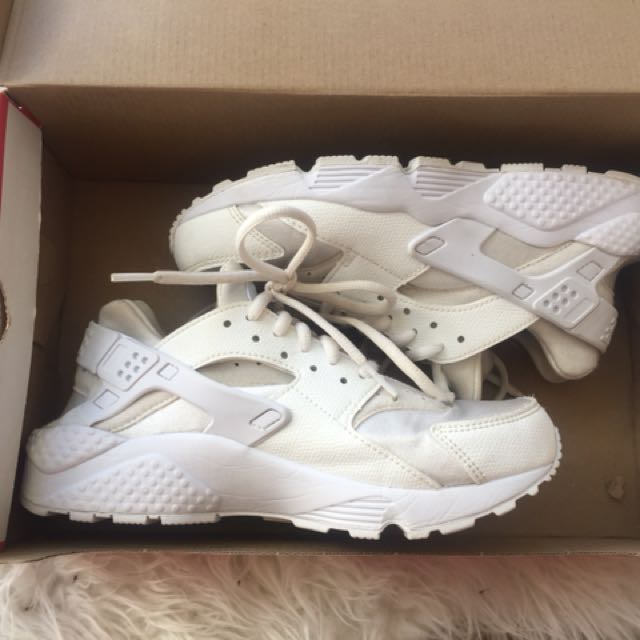Nike Huaraches in white - size 7 (fits a size 6)