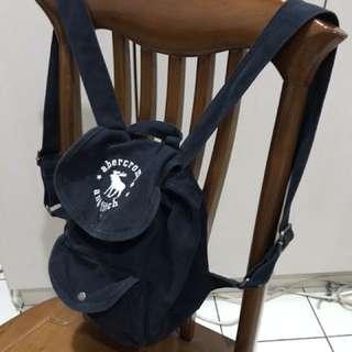 🚚 A&F 經典深藍色後背包